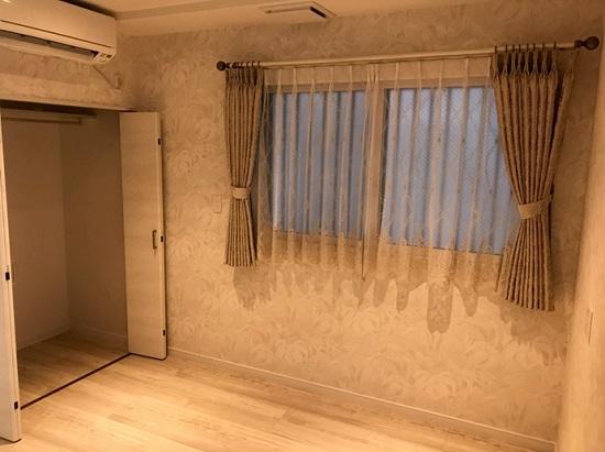 壁紙やエコカラットに合わせたカーテン