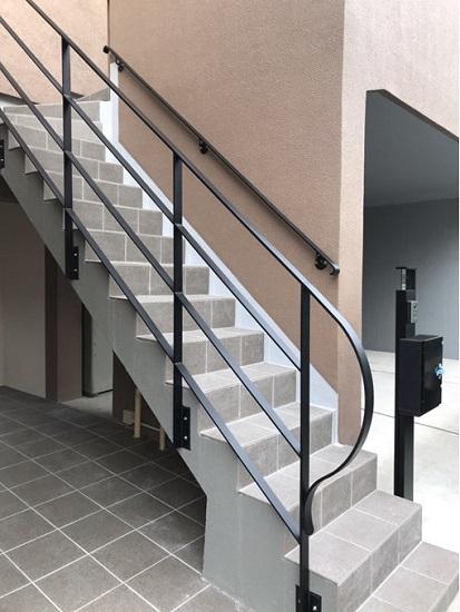 外部階段 床タイル貼替・Rがオシャレなスチール手摺取付