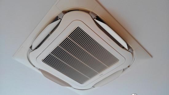 エアコンは天井埋込カセット型を2基