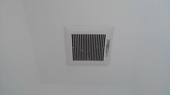 一般的な天埋型換気扇と給排気グリルを各2基