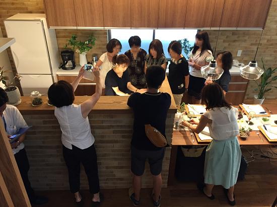 セミナー終了後は、柴村さんが実際にコーディネートされたキッチンにみなさんお集まり
