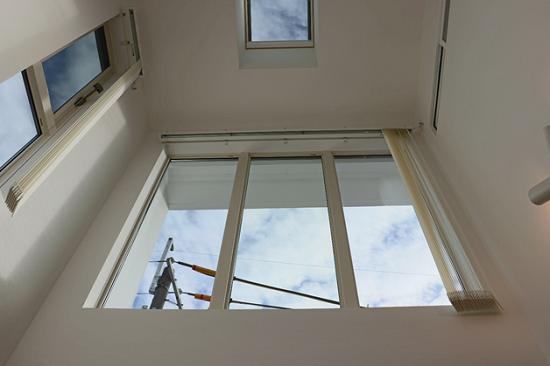 吹抜けには大型連窓と天窓を併設【仕上後】