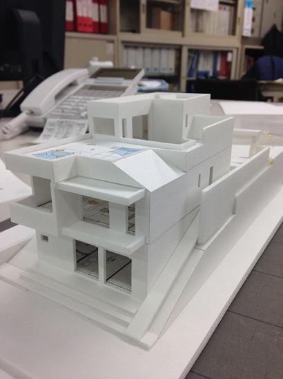 こちらは高台の斜面地に建つ鉄筋コンクリート住宅
