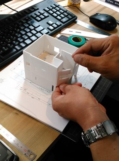 三和建設では、模型作成は私たち営業スタッフがおこないます