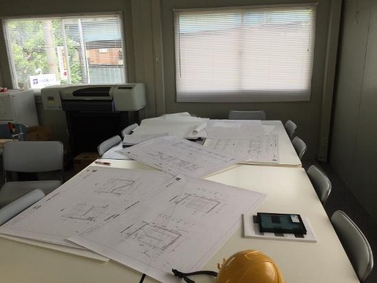 邪魔をしないように、入室すると会議テーブルの上は施工図の山・・・
