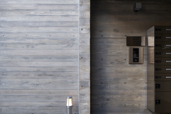 建築実例ダイワール甲東園:エントランスRC打放し壁